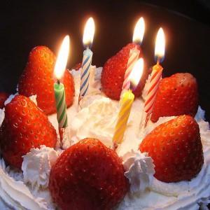 Kuchen mit 5 Kerzen und Erdbeeren